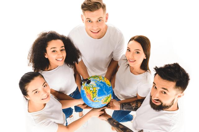 Menschen halten gemeinsam einen Globus
